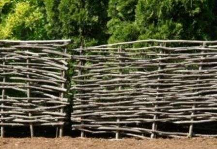 Як зробити плетений паркан на дачу