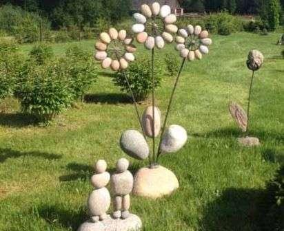 Оригінально виглядають вироби з каменю і металу, який або створює своєрідний каркас або виконує функцію додаткового декоративного елемента