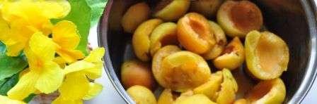 Викладемо абрикоси в глибоку каструлю