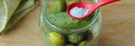 Перед тим, як заливати втретє розсолом огірки, додаємо 2/3 ч.л. лимонної кислоти прямо в банку.