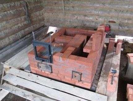 Фундамент для майбутньої печі покривають розчином цементу і роблять рівним.
