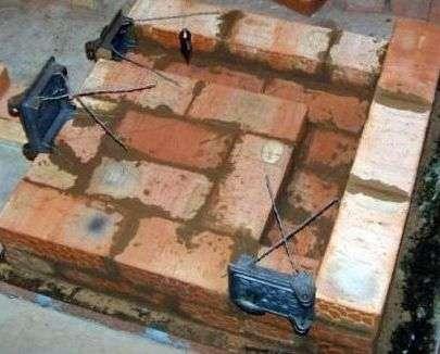 Щоб конструкція стала міцнішою, її починають класти на смужку з металу.