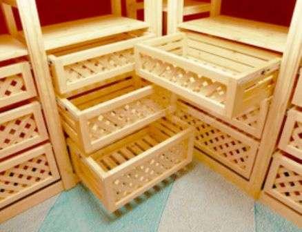 Стелажі для фруктів і овочів з висувними ящиками.