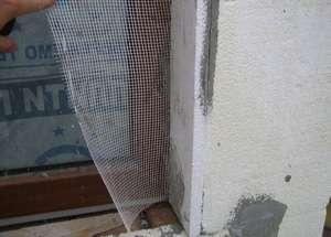 Приклад того, як можна утеплити вікна зовні за допомогою пінопласту та подальшої його штукатурки