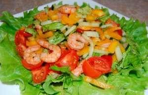 Салат з морепродуктів та овочів.
