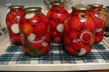 Оригінальні солодкі консервовані помідори на зиму з ріпчастою цибулею