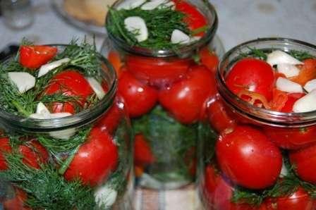 Класичні солоні помідори в банках