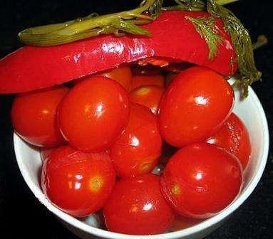 Солоні помідори із солодким перцем в банках