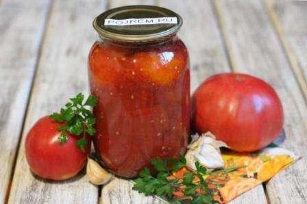 Солоні помідори в томатному соку в банках