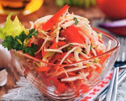 Салат з капусти з морквою і овочами