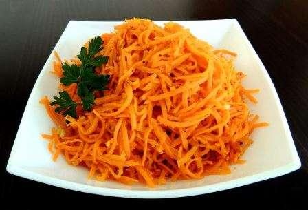 Салат з моркви на зиму в банках з помідорами і часником