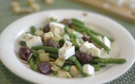 Салат з стручків квасолі та сиру «Фета» з додаванням грінок