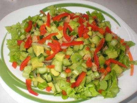 Новорічний салат з томатів і авокадо з листям буряка