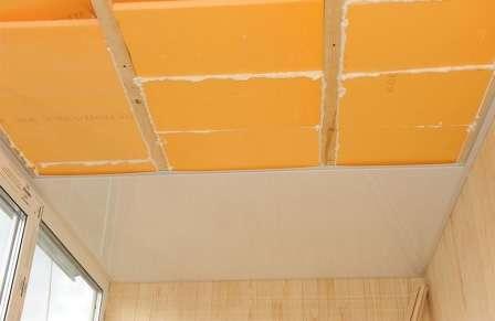 Для обшивки стелі можна використовувати пластикові панелі