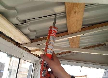 Всі щілини на балконі необхідно закрити герметиком