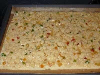 Пісочне тісто розкачати в пласт товщиною 3-5 мм і пекти при 180 ° С 6 хв.