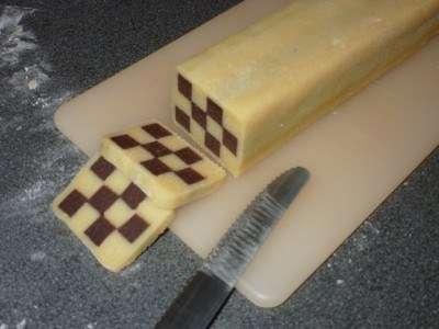 Добре охолодити! Нарізати гострим ножем на шматки товщиною в 5-10 мм.