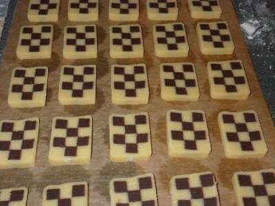 Нарізати печиво гострим ножем на шматки товщиною в 5-10 мм.