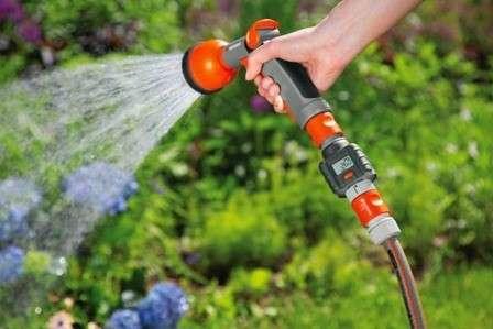 Встановивши крапельну систему, не потрібно годинами поливати город вручну