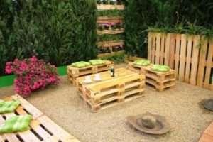 дерев'яні піддони для лавочки в саду