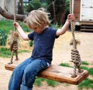 дерев'яна дитяча гойдалка