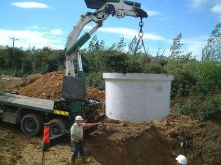Для монтажу септика з бетонних кілець знадобиться спецтехніка