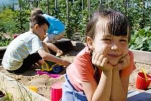 дерево - самий екологічний матеріал для будівництва пісочниці та інших елементів дитячого майданчика