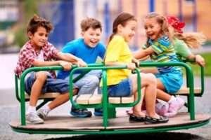 Дитячий майданчик допомагає дітям розвиватися не тільки фізично, а й купувати корисні соціальні навички
