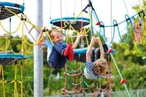 Мотузковий спортивне містечко сприяє фізичному розвитку малюків