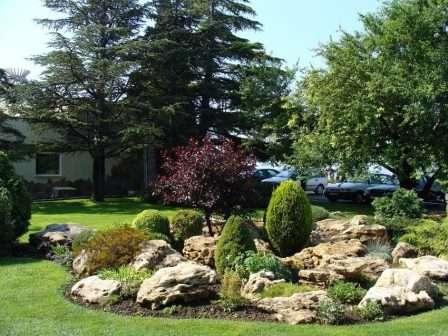 Клумба з каменів в саду - фото.