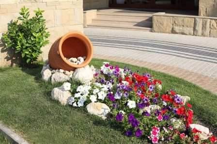Незвичайна клумба з використанням вазона для квітів