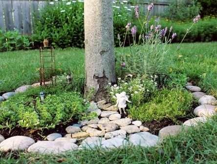 Клумба округлої форми для саду.