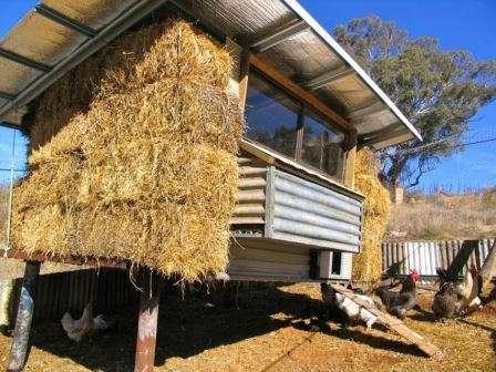 Зовнішнє утеплення стін курника за допомогою соломи