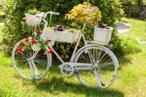 велосипед, декорований контейнерами з квітами