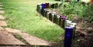 Бордюр з пластикових або скляних пляшок