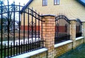 Цегляний паркан для дачі