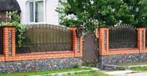 Цегляні паркани з ковкою: будуємо своїми руками