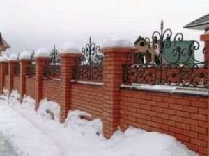 Цегляний паркан з ковкою