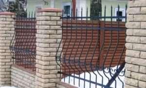 Красиві цегляні паркани з елементами ковки