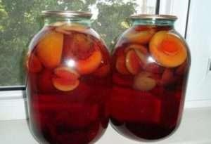 як закатати компот зі слив і абрикос на зиму