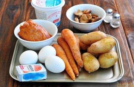 """Новорічний салат """"Собачка"""" з копченою куркою і грибами"""