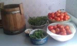 Як засолити помідори в дерев'яній діжці